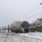 На Виноградівщині фури застрягають у снігу: вантажівка заночувала серед розбитої дороги (ВІДЕО)