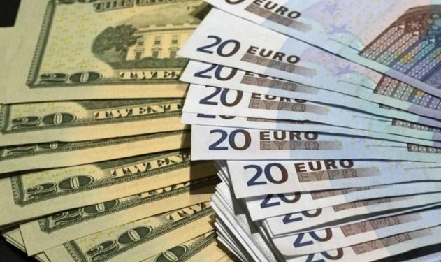 На міжбанківському валютному ринку курс долара в продажу зріс на шість копійок - 27,49 гривні.