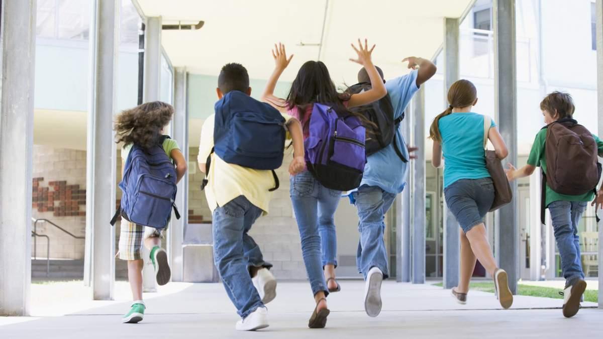 Згідно з вимогами МОН, загальна тривалість канікул не повинна перевищувати 30 днів. Дати шкільних канікул в Мініосвіти дозволяють коригувати адміністраціям шкіл.