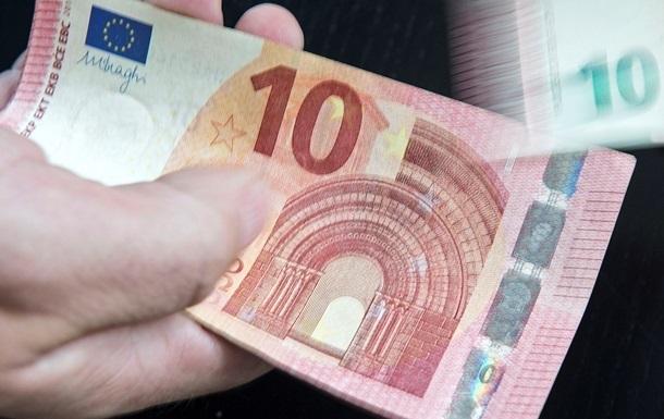 Гривня продовжує зміцнюватися щодо долара і євро. Проте євро останніми днями дешевшає швидше від долара.