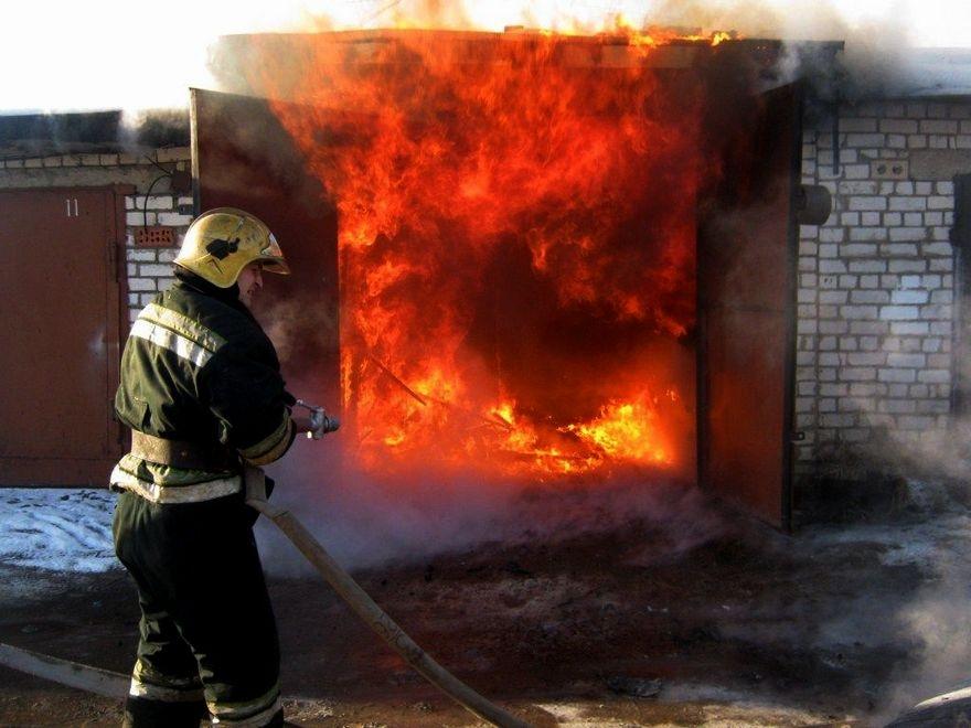 22 квітня о 05:08 надійшло повідомлення про пожежу в гаражі у Хусті, по вул. Суворова.