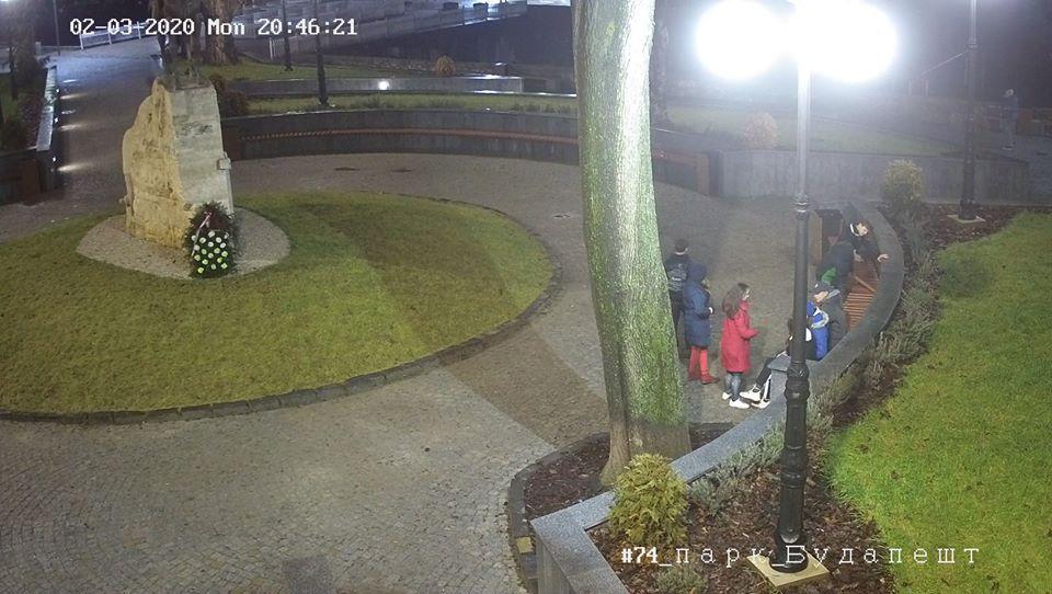 Ідентифіковано юнаків, які пошкодили лавицю у парку Будапешт і потрапили під камеру відеоспостереження.