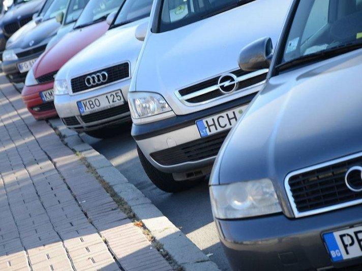 Українці масово знімають свої автомобілі з реєстрації за кордоном