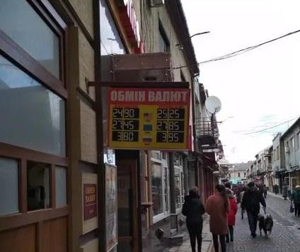 Національний банк України послабив офіційний курс гривні на 11 копійок, встановивши його на 3 лютого на рівні 25,03 гривні за долар.