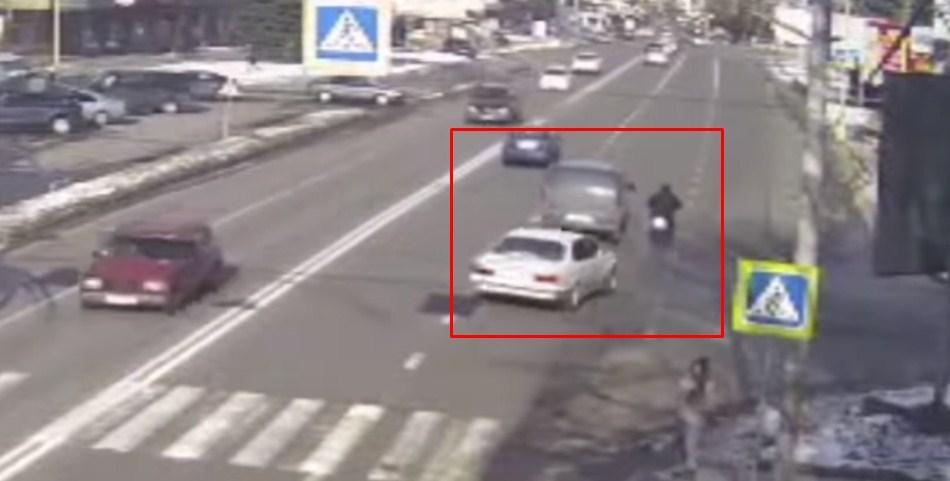 Дорожньо-транспортна пригода сталася на перехресті вулиць Минайської та Пестеля в обласному центрі Закарпаття.  Водій BMW збив велосипедиста з Мукачева 1949 року народження.