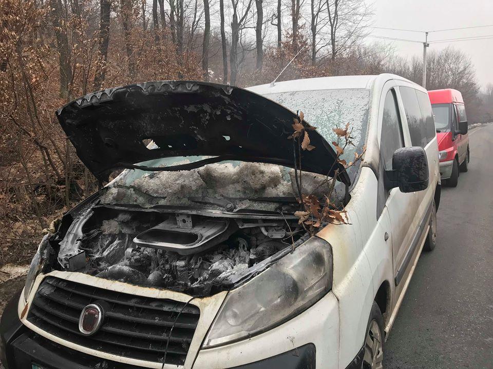 На Виноградівщині на дорозі загорівся автомобіль (ФОТО)
