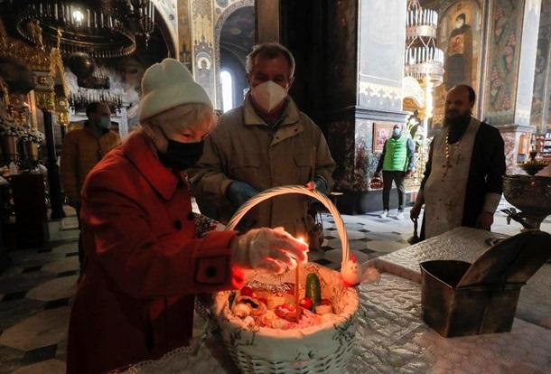 В умовах пандемії коронавірусу президент України закликав віруючих залишатися вдома. Богослужіння в храмах можна подивитися онлайн або по телевізору.