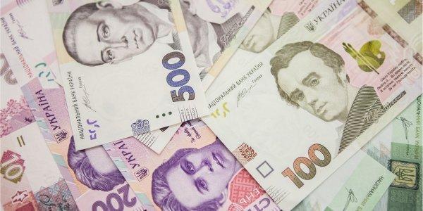 Курс долара на міжбанку в продажу знизився на три копійки і склав 24,17 гривні за долар, курс у купівлі впав на дві копійки - до 24,14 гривні за долар.