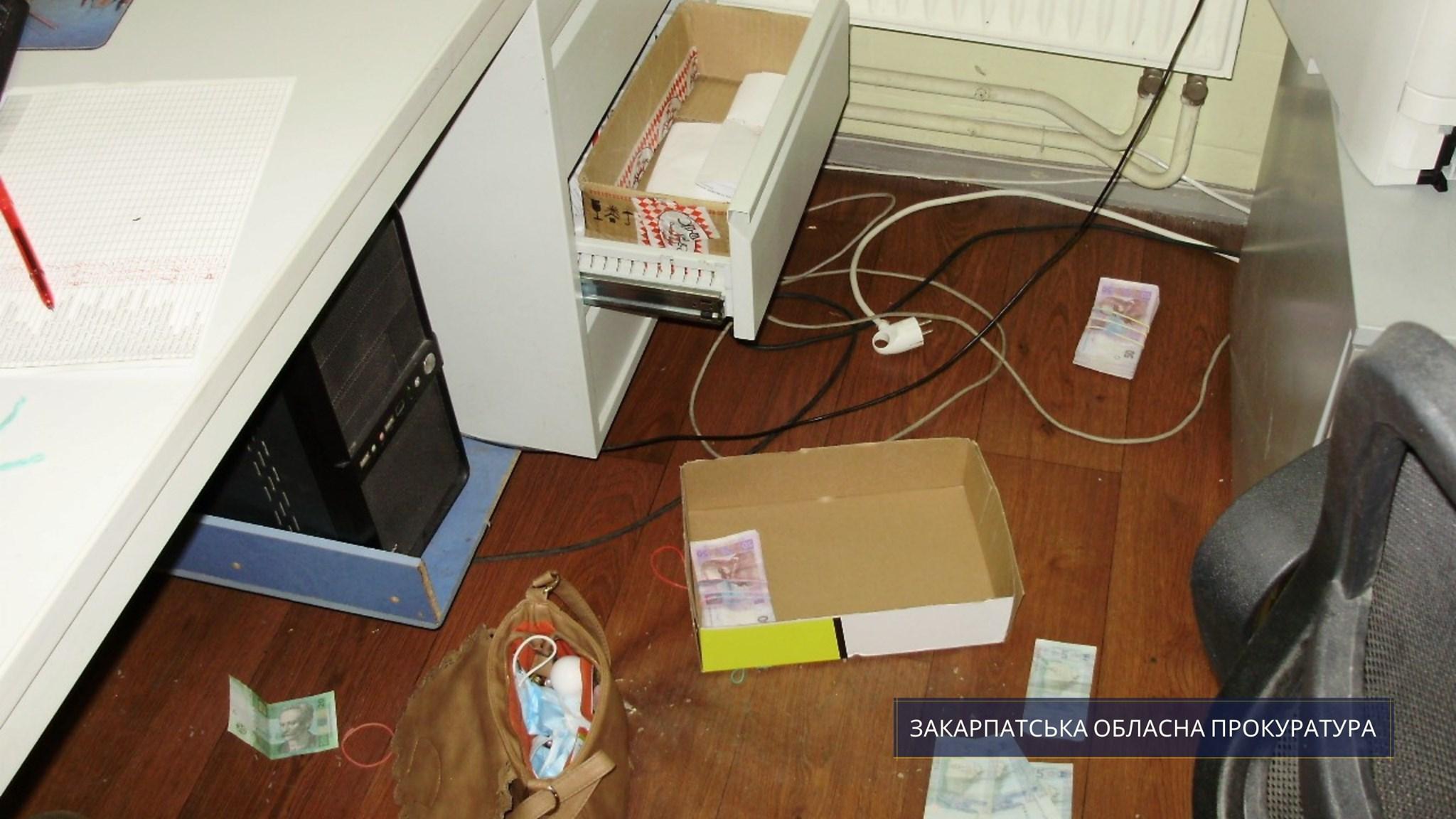 За погодження Мукачівської місцевої прокуратури повідомлено про підозру 39-річному місцевому мешканцю у вчиненні розбійного нападу на оптовий склад кондитерських виробів.