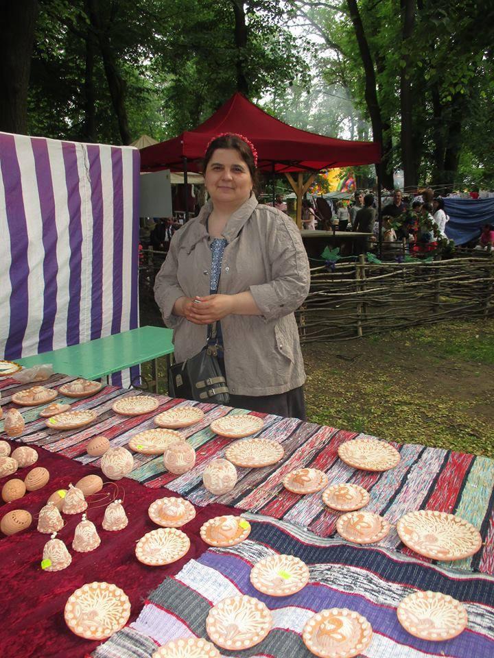 У суботу та неділю, 22 та 23 липня, для відвідувачів скансену працюватиме майстриня-керамістка з Виноградівщини Ольга Гал.