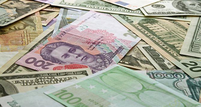 Курс долара на міжбанку в продажу знизився на три копійки - до 24,00 гривень за долар, курс у купівлі впав на п'ять копійок - до 23,97 гривні за долар.