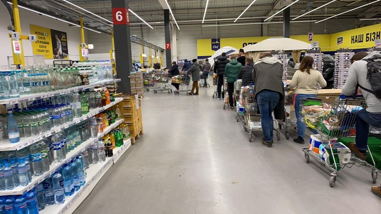 У багатьох магазинах України шикуються черги за їжею.