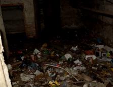 Багатоквартирний будинок у Виноградові підтоплюють каналізаційні стоки / ВІДЕО