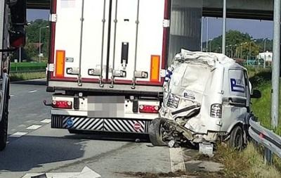 Двоє робітників наносили дорожню розмітку, у їхній автомобіль врізалася вантажівка. Українець загинув на місці, його колега в лікарні.