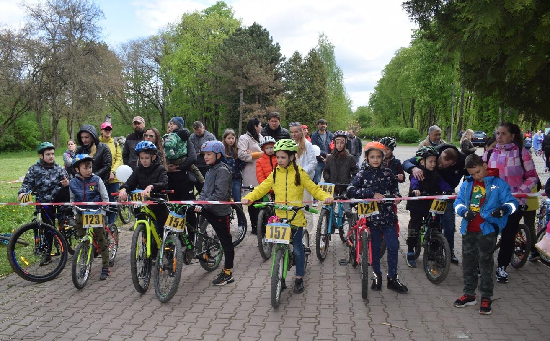 Юні велолюбителі змагалися сьогодні в Ужгороді у Боздоському парку у дитячих перегонах – відкритому турнірі з велоспорту-маунтенбайку для дітей та молоді.