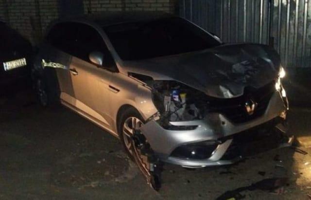 """Автомобіль """"Nissan"""" просто врізався у припарковані автомобілі на вулиці Докучаєва в Ужгороді."""
