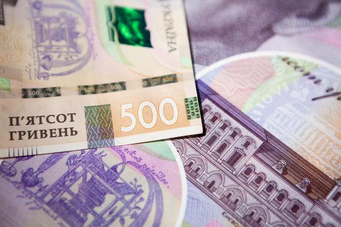Національний банк послабив офіційний курс гривні до долара на 5 копійок, встановивши його на 4 вересня на рівні 27,69 гривні.