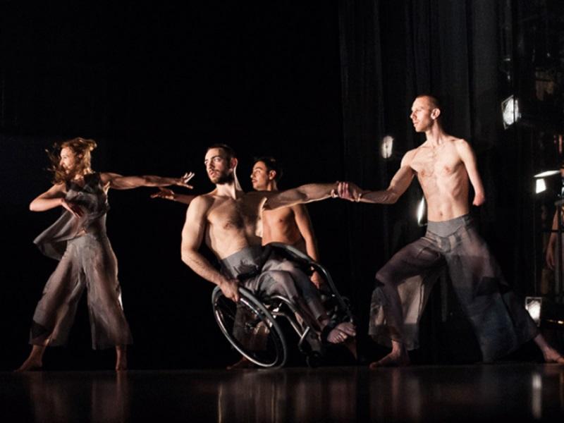 Украинский культурный фонд совместно с Британским Советом в Украине содействует развитию творчества художников-инвалидов и поддерживает инклюзивное искусство.