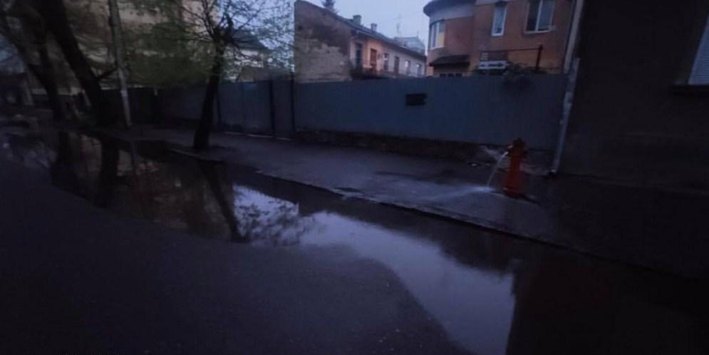 В Ужгороді залило водою Православну набережну.