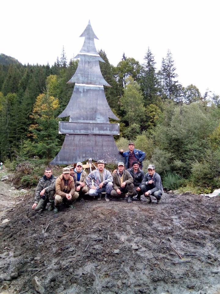 Тепер гостей села Лопухово зустрічає символ місцевих лісівників - 6-ти метрова смерічка