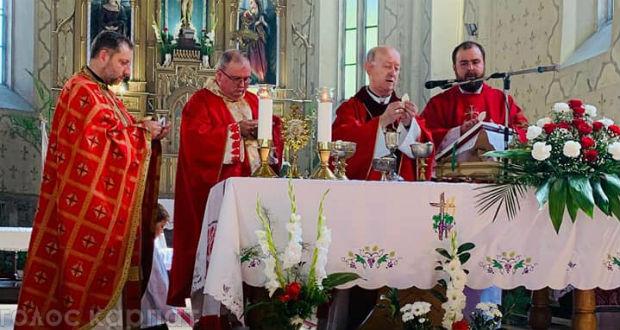 Dr. Márfi Gyula nyugalmazott veszprémi érsek mutatta szeptember 15-én a beregszászi római katolikus templom búcsúi szentmiséjét.