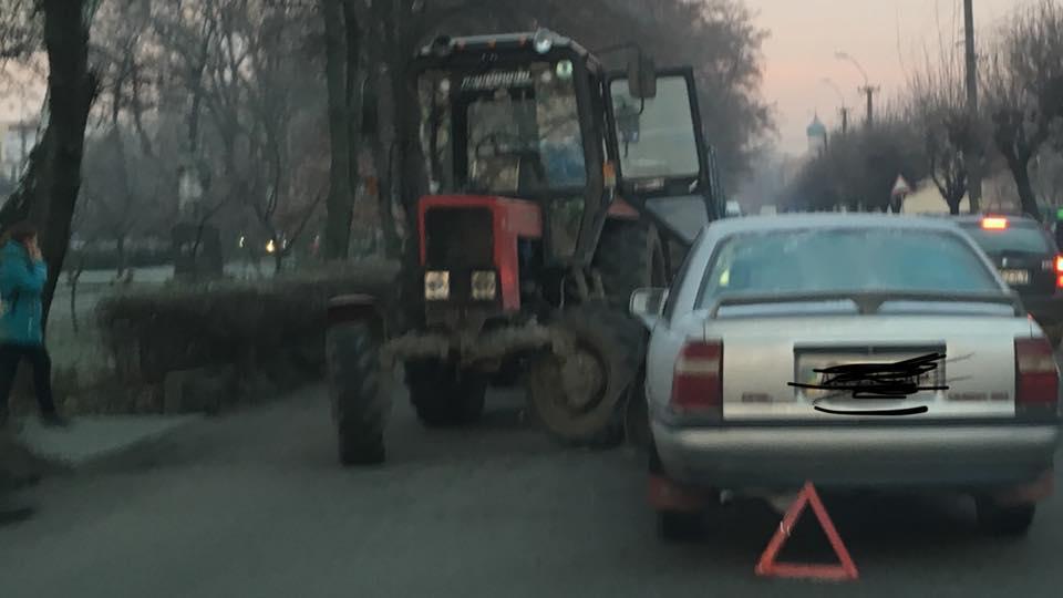 """ДТП у Виноградові : зіткнулись трактор, два """"Опелі"""" та """"Шкода"""""""