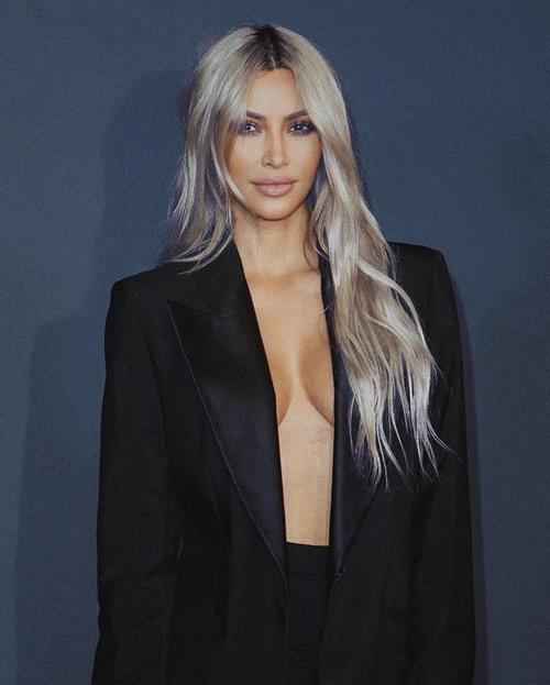 Зірка американського реаліті-шоу Кім Кардашьян показала фото в піджаку на голе тіло.