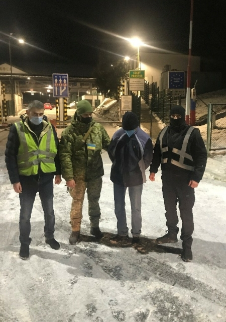 Учора ввечері у пункті пропуску «Малий Березний» прикордонний наряд затримав громадянина Угорщини, який перебуває у міжнародному розшуку за скоєння кримінального злочину.
