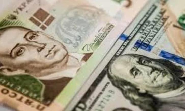 До закриття міжбанку американський долар у купівлі подешевшав на 15 копійок, у продажу — на 13 копійок.