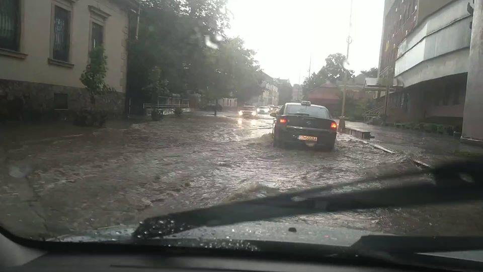 В мережі діляться світлинами із затоплених вулиць обласного центру.