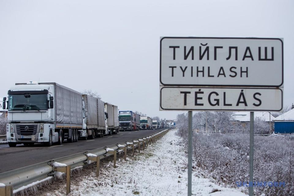 Під кінець року спостерігається скупчення вантажних транспортних засобів через завершення дії договорів щодо вантажних перевезень по іншим країнам.