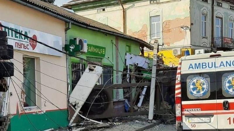 У місті Рудки, що на Львівщині, водій вантажівки в'їхав у магазин. Авто перекинулось.