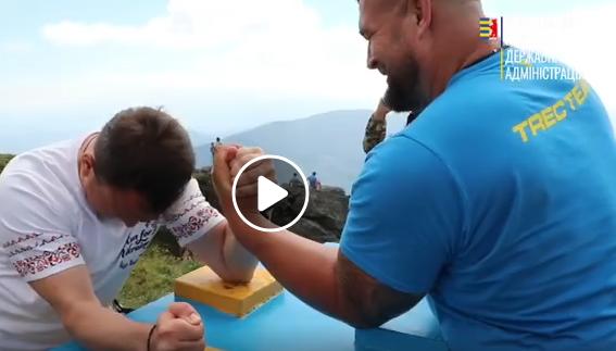 До Дня прапора на горі Пікуй встановили спортивний стіл для армреслінгу. Організатори – Федерація армреслінгу Закарпаття – кажуть, це рекорд України.