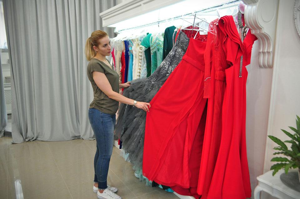 «Минулого року обирала у мене сукню на випускний дівчинка середнього  зросту. Приміряла у балетках 9ae74544afc90