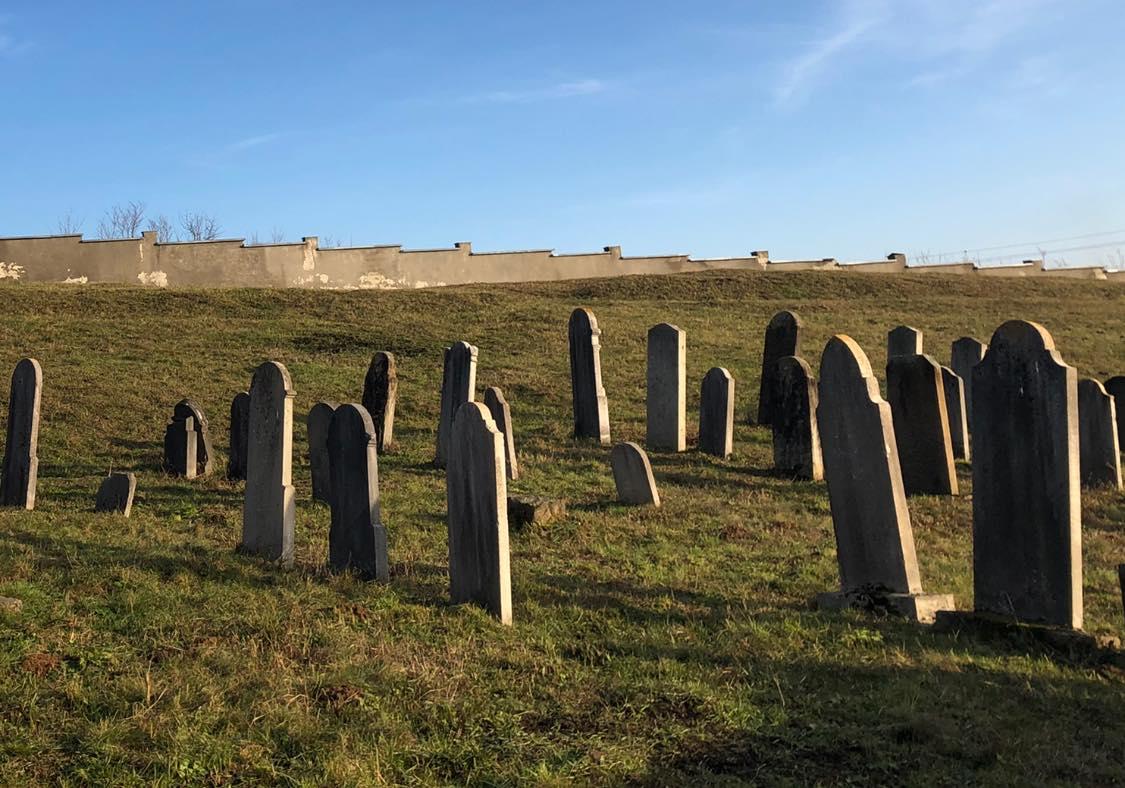 Цікаву історію про старе єврейське кладовище в Середньому розповів туризмознавець Віктор Стинич.