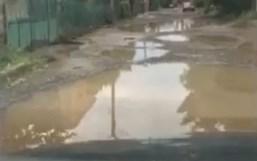 Наслідки дощу: в Ужгороді дорога на вулиці Шишкіна перетворилася в суцільне болото