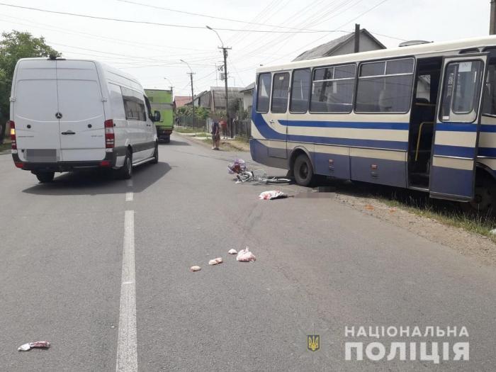 У місті Виноградів велосипедистка потрапила під колеса маршрутного автобуса. Жінку госпіталізували. На місці події працює поліція.