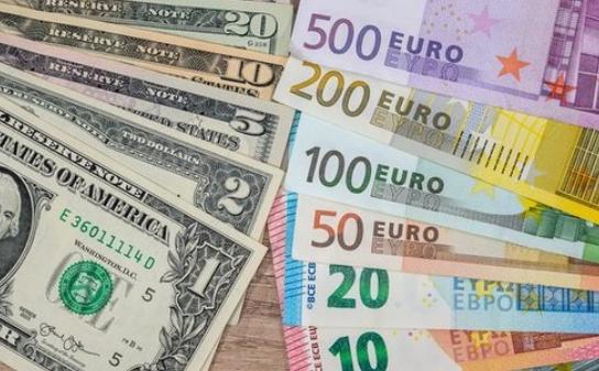 До закриття міжбанку американський долар у купівлі не змінився, а в продажу скинув 1 копійку.