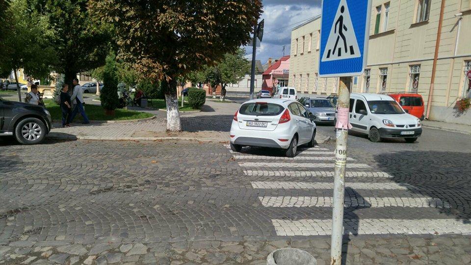 Фото порушення правил паркування в редакцію Голосу Карпат надіслав читач.