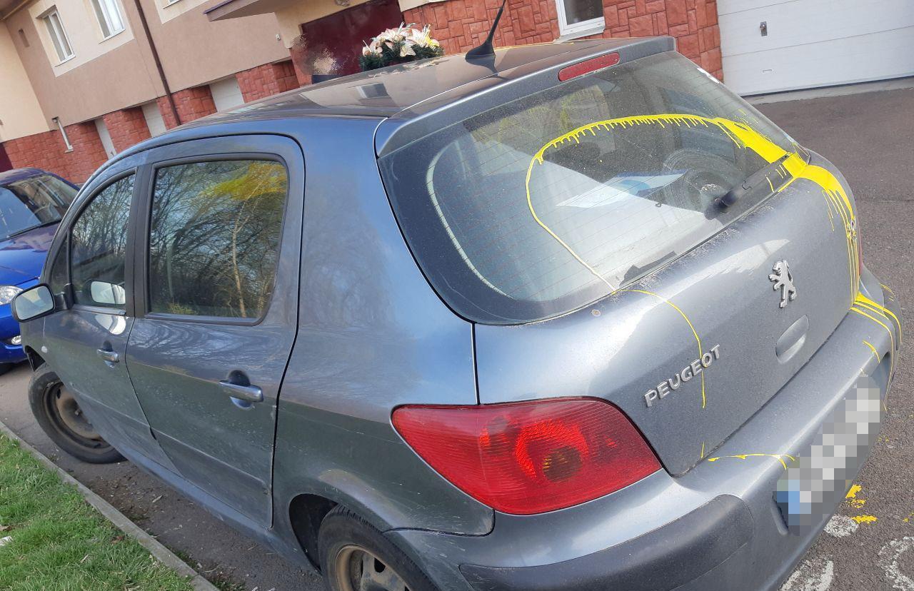 Як уже сьогодні повідомлялось виданням, в обласному центрі Закарпаття невідомі облили фарбою авто місцевого жителя.