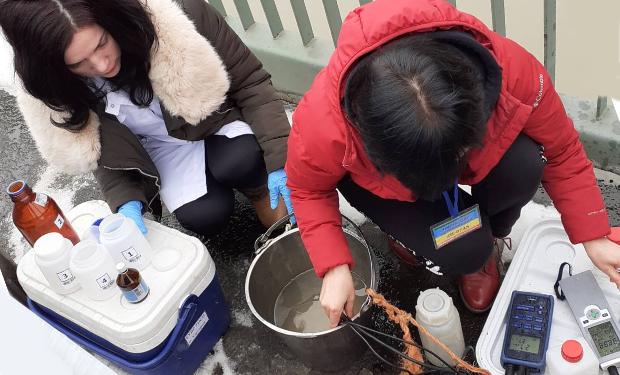 Забруднена вода характеризується підвищеними концентраціями цинку та міді, які перевищують граничні значення.