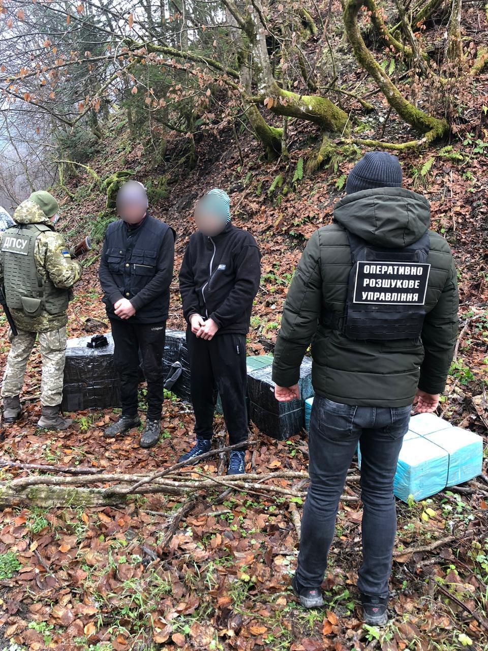 Рахівський районний суд призначив двом закарпатцям по 10 діб арешту, а одному з них ще й доведеться заплатити 8,5 тис. грн штрафу.