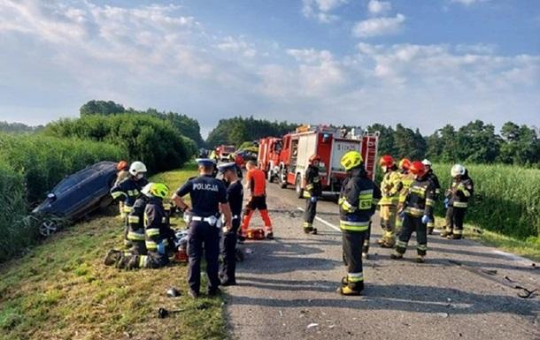 У лікарнях після автомобільної аварії перебуває чотири людини, двох виписали. Один українець загинув.
