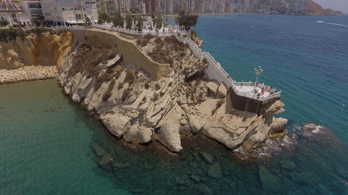 26-річна українська туристка при спробі зробити селфі біля популярної пам'ятки в іспанському місті Бенідорм зірвалась зі скелі і впала у море.