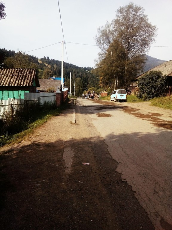У гірському селі самостійно лагодять розбиту вщент дорогу