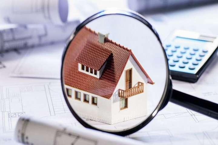 Все из-за «хитрых» родственников, которые записывают жилье для своих пенсионеров.родственников.