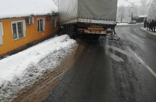 На Виноградівщині фура протаранила кафе: з'явилось відео з місця аварії (ВІДЕО)