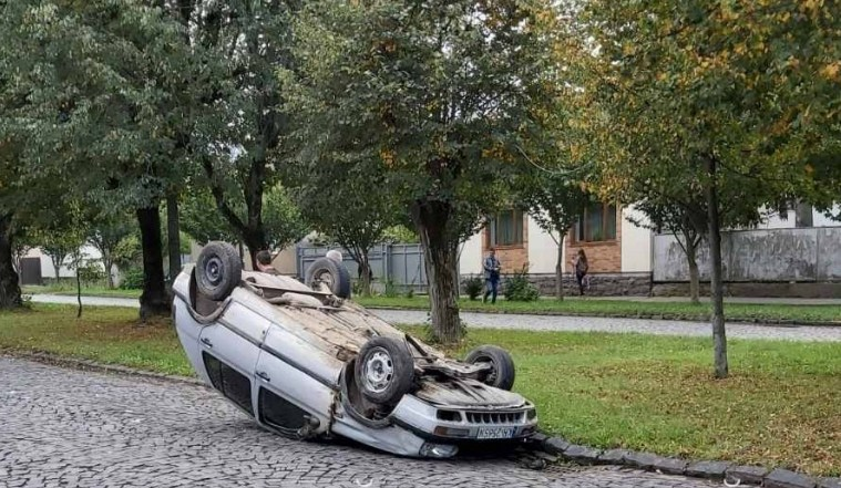 Сьогодні, 6 жовтня, близько 15 години, по вулиці Карпенка-Карого у Мукачеві трапилася дорожньо-транспортна пригода