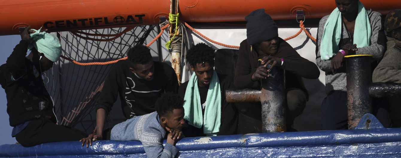 7 людей загинули, коли човен, що перевозив мігрантів з Пакистану, Бангладеш і Афганістану, затонув в четвер на сході Туреччини.