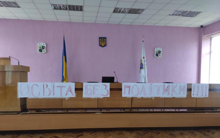 Позачергова сесія Виноградівської міськради, на якій мали ще раз розглянуте ветоване міським головою рішення про створення комісії з перевірки роботи освіти громади, не відбулась.